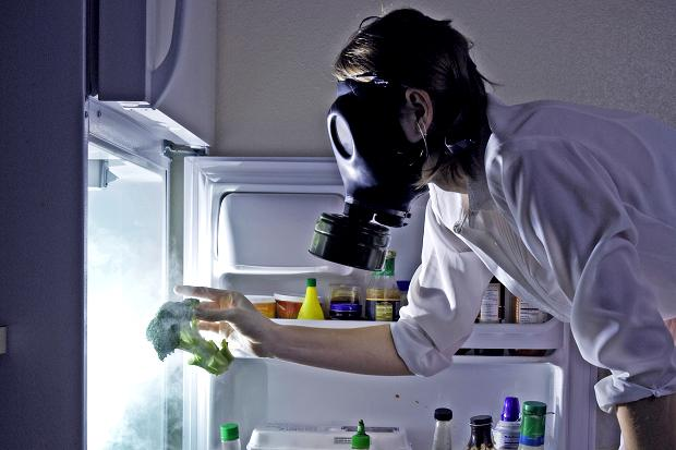 Как убрать запах их холодильника